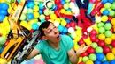 Игры для детей. Человек Паук ищет игрушки в бассейне с шариками! Видео с машинками в Автомастерской.