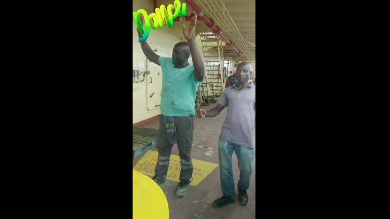 Камерунцы приветствуют Викторию