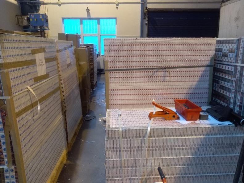 Контрабандные сигареты на 1.5 млн долларов нашли в фуре, которая прибыла из Беларуси