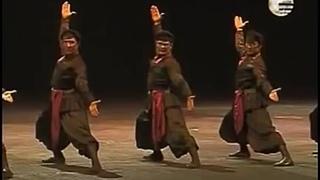 """Кинтаури. История танца довольно интересная и запутанная. Его называют - танец уличных торговцев, танец городских хулиганов и даже, танец тбилисских воров. Кинто - мелкие торговцы. В культуре современной Грузии, городском фольклоре и бытовом обиходе - весельчак, бескорыстный плут или мелкий мошенник, завсегдатай духанов. Также и инициатор застолий, народных грузинских песен и плясок. Про кинто-торговцев пишут так: """"Кинто, выделявшиеся своим внешним видом, составляли любопытную прослойку среди тифлисских торговцев, их товары располагались на табахе — деревянном подносе, который они носили на голове"""". Танец у кинто - Кинтаури - такой же жизнерадостный и живой, как и он сам. В нем целый каскад движений. Движения напоминают и также раскрывают его изворотливый нрав. Одновременно с ними, в танце сочетаются гибкость с мягкой, выразительной пластикой рук, передающей быструю смену мимических образов: из-за изящно двигающихся перед лицом кистей рук выглядывает то лукавый взгляд, то озорство и юм"""