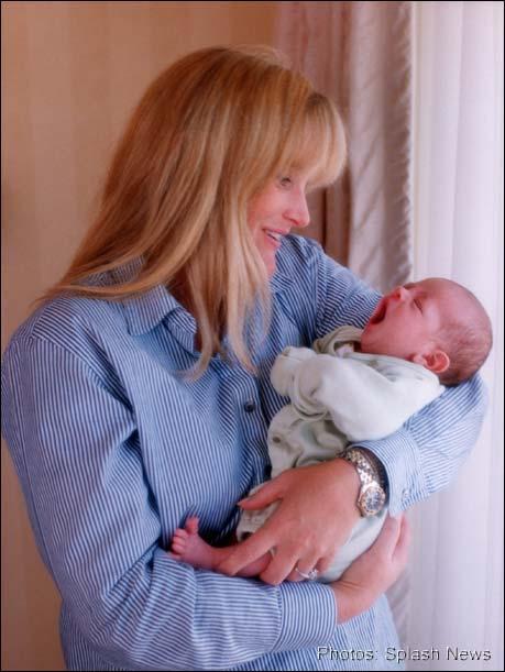 Дебби держит недавно родившуюся Пэрис