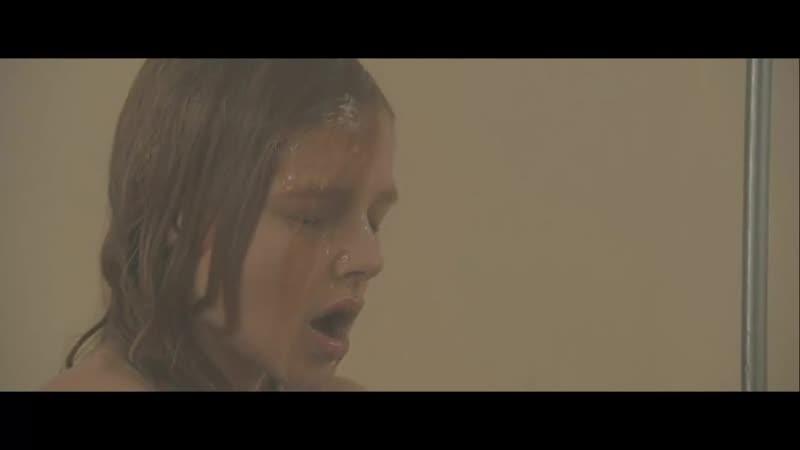 Голая Хлоя Грей Морец фрагмент из фильма мастурбирует в душе