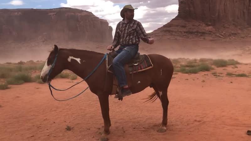 Я в пыльную бурю на лошади у скал где индейцы вызывали бога дождя 1