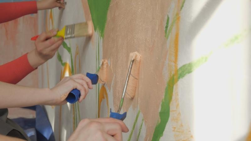 UTV Город на ладонях Московские художники разрисовали стену в северной части Уфы