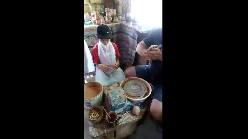 Даня делает глиняный горшок