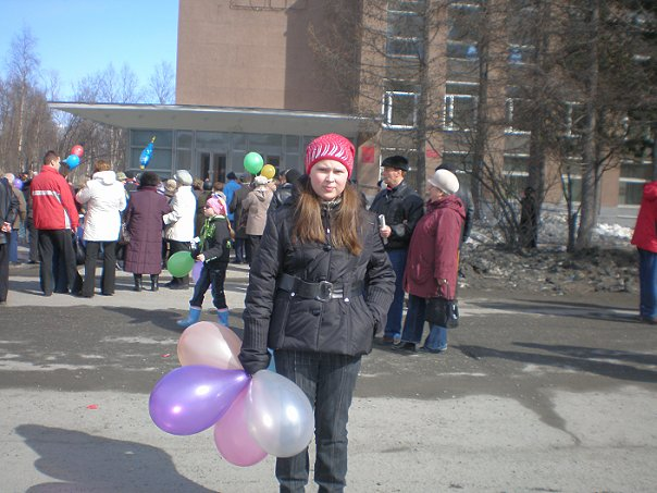 Лерочкаъъъ Кудрявцева: На этой фотографии я Карину точно достала!я её не только заставила сфоткаться да ещё на фоне старичков!!!!