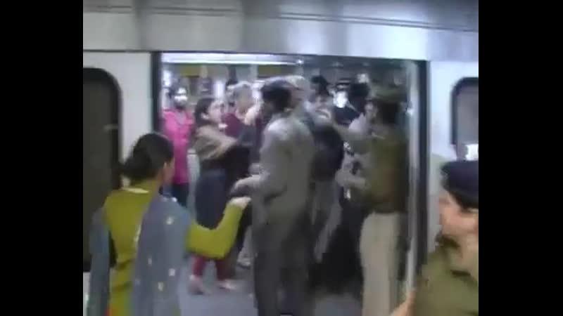 Индийская полиция надавала пощечин мужчинам, которые ехали в дамском вагоне метро Нью-Дели