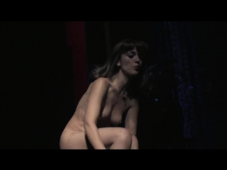 Греческий спектакль synodos polytelias (1080p). голая актриса на сцене.