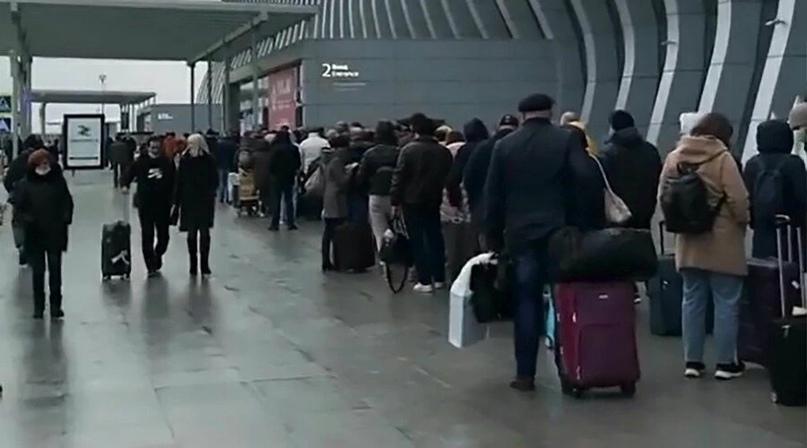 Аэропорт Симферополя объяснил причину очереди у терминала в последний день каникул