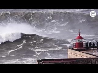 Волны Монстры в Назаре, Португалия..