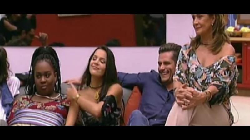 07-02-17 - Parte 16 - Marcos e Emilly e brothers aguardam o programa começar - Emilly chama Marcos pra sentar do lado dela
