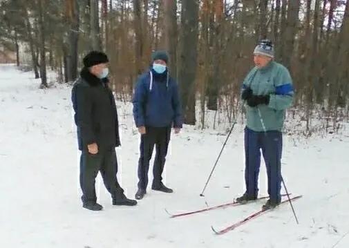 В Петровске продолжается подготовка мест для зимнего отдыха и спорта