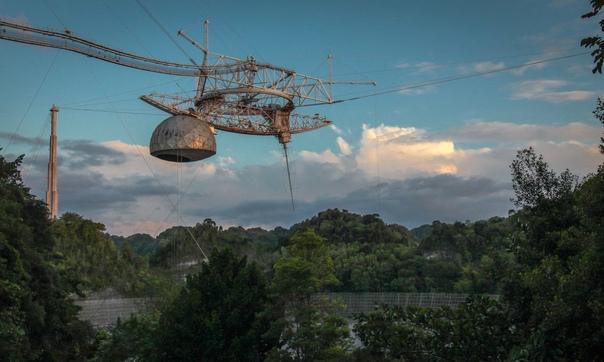 Вчера утром платформа радиотелескопа Аресибо обрушилась на отражатель, что привело к полному разрушению телескопа Об этом в своем Twitter сообщила метеоролог Дебора Марторел: Друзья, с глубоким