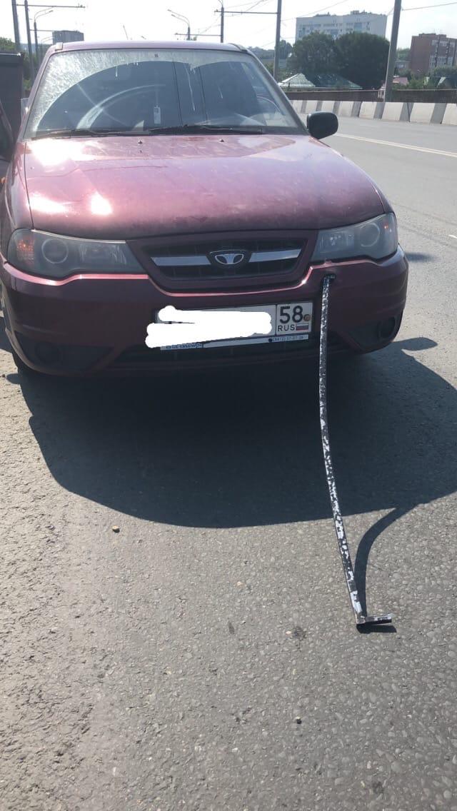 В машину пензячки на дороге воткнулась железка