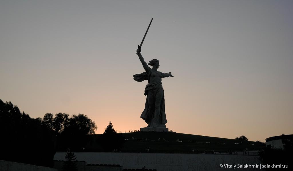 Скульптура Родина-мать зовет вечером, Волгоград 2020