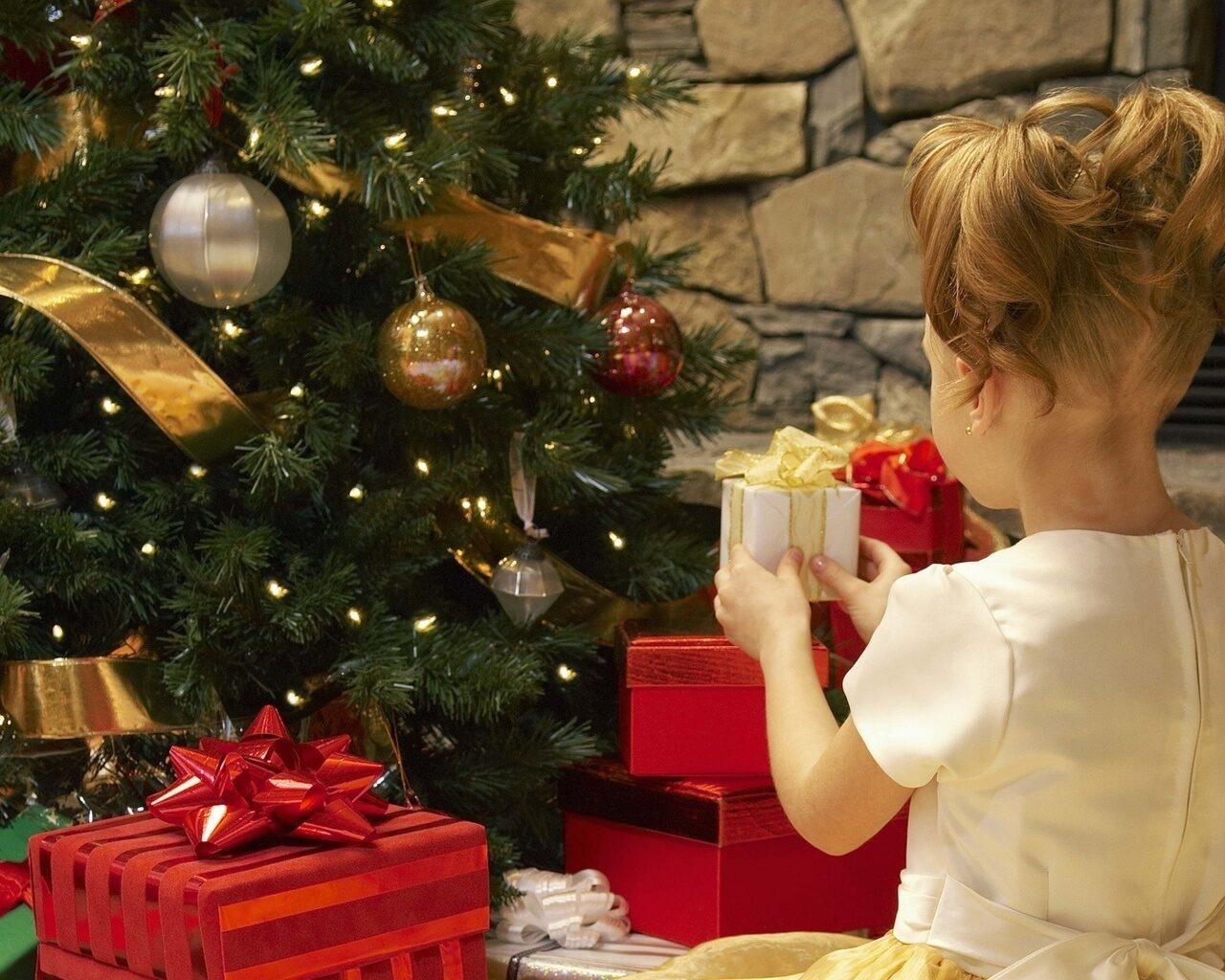 Комплексный Центр социального обслуживания населения Петровского района информирует, что с 20 октября по 5 декабря будет осуществляться приём заявлений на получение новогодних подарков для д