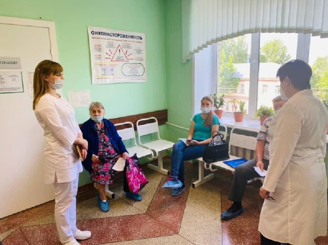 Специалисты Петровской районной больницы ежедневно проводят беседы с пациентами и разъясняют им необходимость вакцинации против такой опасной инфекции, как COVID-19
