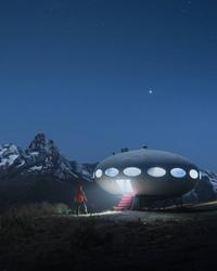На фото не летающая тарелка, как может показаться на первый взгляд, а удивительный и необычный горный отель высоко в горах Домбая. Это один из немногих домов Futuro, или Futuro Pods – круглый сборный дом, спроектированный финским архитектором Матти Сууроненом в 60-х.
