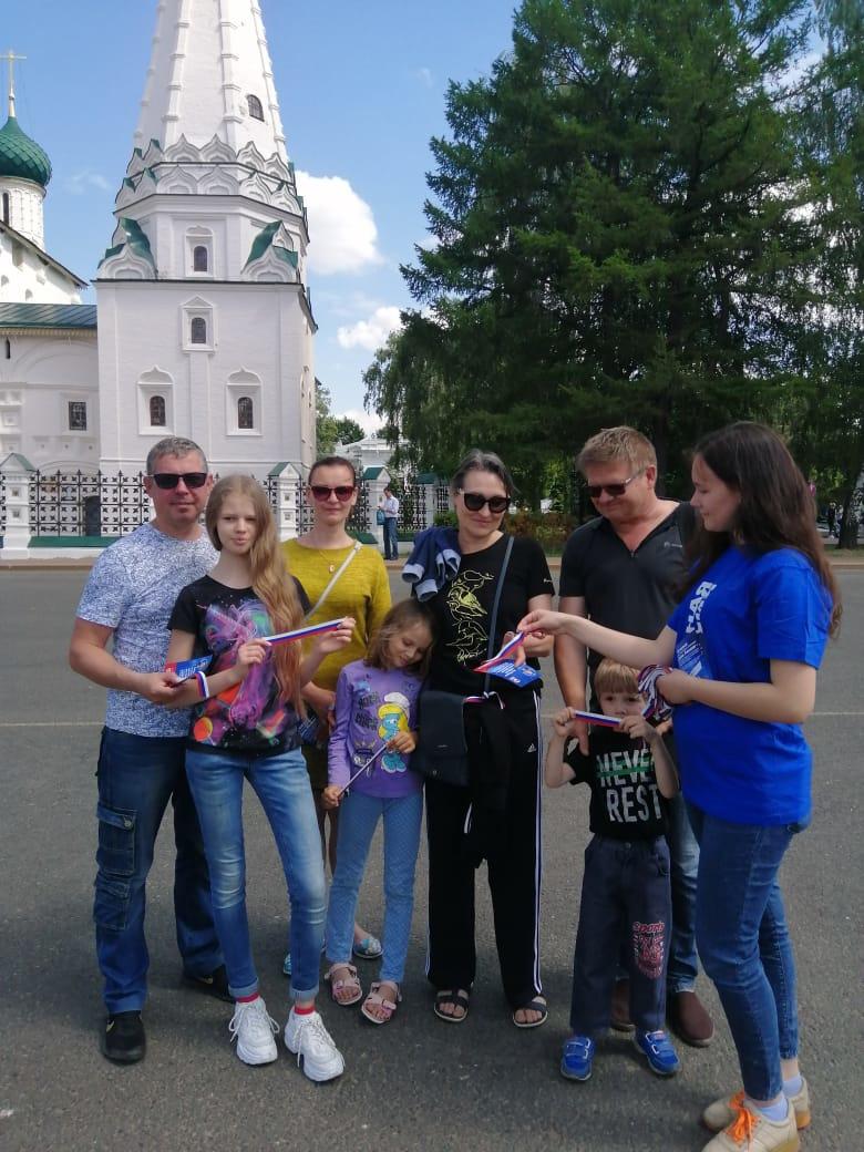 Порядка 20 тысяч ленточек триколор активисты и волонтеры партии «Единая Россия» раздали в Ярославской области