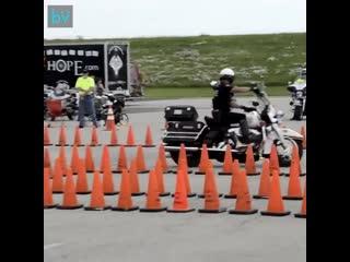 Невероятный полицейский тест на ловкость мотоциклиста