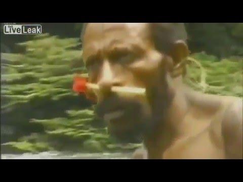 Дикое племя впервые встречает белого человека в джунглях