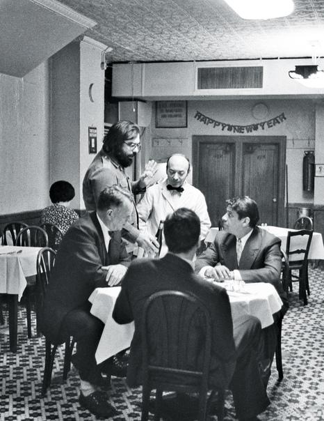 Фрэнсис Форд Коппола дает наставления Аль Пачино на съемках легендарной сцены «Крестного отца», 1971 год