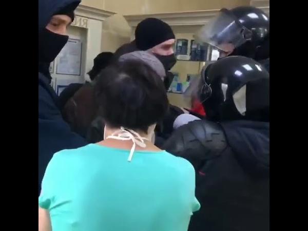 Барановичи Беларусь Силовики в аптеке жесткое задержание