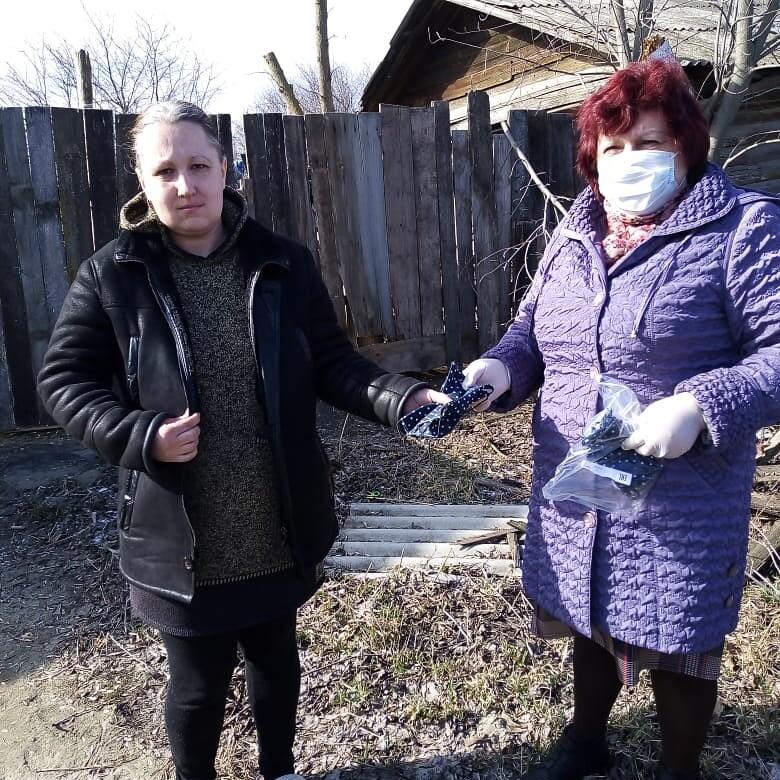 Комплексный Центр социального обслуживания населения Петровского района выдаёт многоразовые маски отдельным категориям семей с детьми
