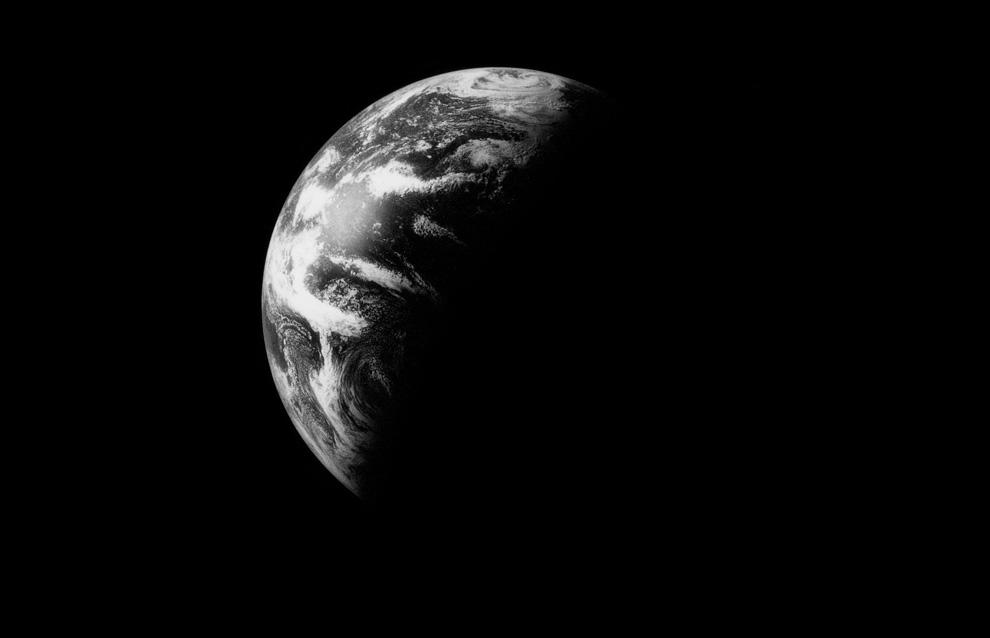 37) Черно-белая фотография Земли, сделанная во время возвращения на Землю с Луны. (NASA)