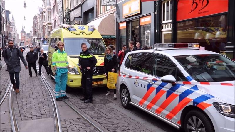 Kinderwagen klem onder de tram in Amsterdam